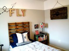 Using a wooden pallet as a twin bed headboard? Very cool!