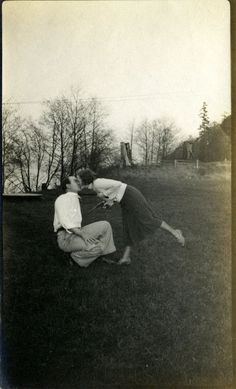 43 Lovely Photos That Capture Sweet Kisses From the Past