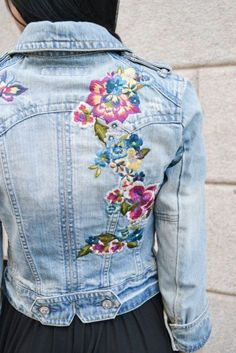 How to transform a denim jacket: 20 trendy ideas Jacket Style, Jeans Style, Denim Fashion, Boho Fashion, Modest Fashion, Estilo Hippie, Denim Ideas, Mode Boho, Embroidered Clothes
