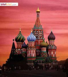 Aziz Vasil Katedrali, Kızıl Meydan'da soğana benzeyen, rengarenk, kubbemsi çatılarıyla ünlü bir katedraldir. Moskova, Rusya. https://www.biletbilet.com/etiket/38/ucak-bileti-fiyatlari