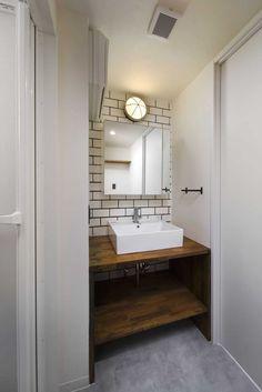 「色」効果的に用いました。 LDKの壁の淡いイエロー、キッチン前の白い凹凸のあるタイル、キッチン天井のグレーなど色を使い分け、狭い空間を広く見せています。 光を多く取り入れる為に、開口を広くしたり、内窓を使ったりしています。