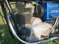 Moteur de Sanglas 400 de 1977, moteur monocylindre quatre temps , refroidissement à air , cadre double berceau, freins à tambour, démarreur électrique et kick, remarqué l'ailletage généreux de ce joli monocylindre et la belle fonderie des carters moteurs, Moto Sanglas, Barcelone, Catalogne, Espagne, Europe