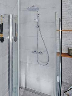 Industrial design inspiration: The elegant Showerpipe ensures shower pleasure in a modern bathroom ambience. Concrete Bathroom, Concrete Floors, Next Bathroom, Modern Bathroom, Scandinavian Bathroom, Take A Shower, Bath Remodel, Wall Design, Modern Design