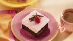 Raspberry Mousse Brownie Pie recipe and reviews - Raspberries and fudge brownie mix combine to create a light and flavourful fruity pie.