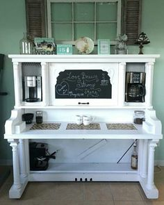 10 Ideas for repurposed piano projects I love this! Top 10 Ideas for repurposed piano projects - DIY BoosterI love this! Top 10 Ideas for repurposed piano projects - DIY Booster Bar Furniture, Redo Furniture, Old Pianos, Repurposed Furniture, Furniture Making, Recycled Furniture, Furniture Projects, Home Diy, Cool Furniture
