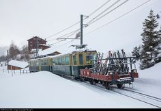The classic winter train on the Wengernalpbahn for decades now: Cogwheel railcar BDhe 4/4 # 110 from 1960 is shoving cab car Bt # 274 and short open freight car Kk 406 for the skis of the passengers up the hill to Kleine Scheidegg.