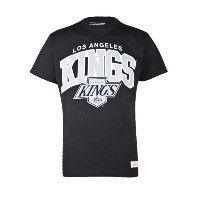 Dit toffe Mitchell & Ness Arch Logo T-shirt is uitgevoerd in zwart. Het T-shirt heeft ook een gave print van de Los Angeles Kings op de voorkant gedrukt staan. #herenmode #zomercollectie #zomerkledingheren #zomerkleding