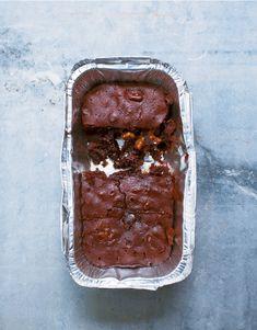 Nigella Lawson s Small-Batch Brownie Recipe Is Your Emergency Sugar Fix via Brit + Co Flourless Chocolate Brownies, Fudgy Brownies, Brownie Recipes, Dessert Recipes, Dessert Ideas, Delicious Desserts, Bacon Brownies, Hot Chocolate Sauce, Desserts