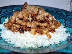 """Le genre de plat simple, rapide et vraiment plein de saveurs. Une garniture aux saveurs asiatiques sucrées / salées le tout rehaussé de zeste de citron vert, un régal pour les papilles ! Merci à Audrey alias """"CookinNCo"""" pour cette recette ! ==> http://www.ptitchef.com/recettes/plat/wok-porc-au-gingembre-chou-chinois-fid-1544229 #cuisine #recette #blogueuse #ptitchef #blog #lpab #plat #wok #porc #gingembre #chou #chinois"""