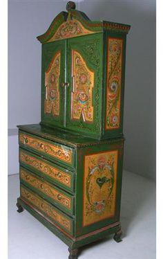Lauritz.com - Furniture - Høyskap m/bondedekor, sent 1800-tallet - NO, Oslo, Sannergata 3