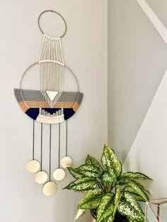 Photo Wall Hanging, Yarn Wall Hanging, Large Macrame Wall Hanging, Macrame Plant Hangers, Wall Hangings, Diy Yarn Decor, Diy Crafts For Home Decor, Macrame Wall Hanging Patterns, Macrame Patterns