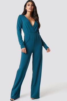 2748912c87 Long Sleeve Wrap Front Jumpsuit Der Jumpsuit von Dilara x NA-KD hat breite  Beine