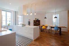 geräumige Küche mit Essplatz, Fliesen und Übergang zu Dielen                                                                                                                                                     Mehr