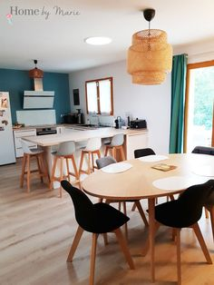 Cuisine et salle à manger cocooning, scandinave et moderne Kitchen Dining, Kitchen Decor, Dining Room, Kitchen Modern, Dining Chairs, Dining Table, Scandinavian Living, Scandinavian Furniture, Upholstered Chairs