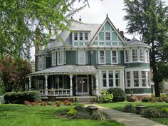 This is a beautiful style house Victorian Architecture, Beautiful Architecture, Beautiful Buildings, Beautiful Homes, Architecture Design, Pink Houses, Old Houses, Tree Houses, Victorian Style Homes