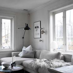 Få inn mer lyse tekstiler når kveldene er så lange! Så da kom hvite detaljer frem fra skapet ✌️ Fin kveld! #blackandwhite #monochromelovers #scandinaviandesign #scandinavianliving #livingroom #skipperhus #interiør #design #nordichomes #instahome #interior123 #interior4all #inspirasjonsguidennorge #interiorwife100k #interior_november #interiørmagasinet #bobedre #bonytt #kkliving