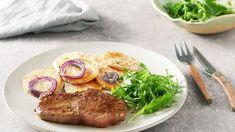 Recept na steak s batatmi a rukolovým šalátom Sirloin Steaks, Salmon Burgers, Pork, Menu, Ethnic Recipes, Kale Stir Fry, Menu Board Design, Salmon Patties, T Bone Steak