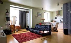 Архитектор Константин Русев, к которому обратился хозяин этой маленькой квартиры, решил, что наилучшими способами сделать ее больше будут превращение ее в студию, встраивание мебели в ниши и присоединение с утеплением балкона.