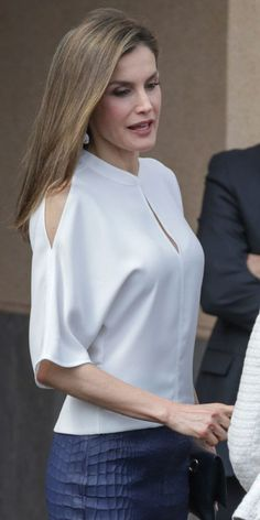 Queen Letizia of Spain visits the University Institute of Tropical Diseases and Public Health of the Canary Island at the La Laguna University on April 2017 in Tenerife, Spain. Blouse Styles, Blouse Designs, Blouse Kimono, Shirt Makeover, Glamour, Dress Patterns, Blouses For Women, Designer Dresses, Casual Outfits