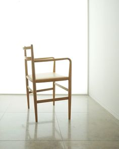 A chair from Japanese designer Jin Kuramoto inspired by the Shaker furniture movement, a 19th century American design movement (with religious underpinnings) that stressed simplicity and functionality. Root chair for Arflex.