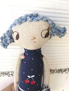 Pequeña muñeca realizada en algodón con azul rizado de algodón. 27 cm de AntonAntonThings en Etsy