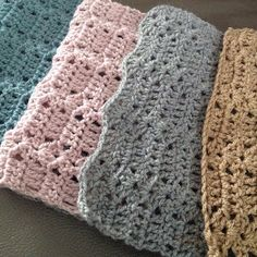 Ik wilde nog wel eens een sjaal haken,   voor mezelf dan. Ik had na deze  nog wat garen over.        Ik vond bij Kristina Olson ( haar b...