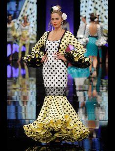SIMOF 2018: el desfile de Sara de Benítez, en fotos / Raúl Doblado Flamenco Costume, Flamenco Dancers, Spanish Dancer, Abaya Fashion, Peplum Dress, Dresses With Sleeves, Costumes, Formal Dresses, Long Sleeve