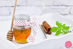 Miód smakowy, z przyprawami tj. cynamon, wanilia, kardamon lub anyż, albo z ziołami: bazylią, tymiankiem czy szałwią, pięknie pachnący i zapakowany w ładnie ozdobiony słoiczek.  http://dorota.in/jadalne-prezenty-na-boze-narodzenie/