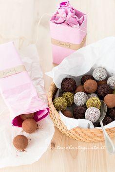 Chocolate truffles I Tartufi al cioccolato: niente di più semplice e di più veloce da realizzare; un dolcetto dalla conclamata golosità e la scioglievolezza: un tenero cuore di cioccolato ricoperto da avvolgente caca…