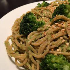 """Die Inspiration zu diesem Rezeptfür Nudeln mit Brokkoli-Nuss-Sauce habe ich aus dem Kochbuch """"20 Minuten sind genug"""" von Cornelia Trischberger. In dem ursprünglichen Rezept wurde fertigeBéchamelsoße verwendet, was natürlich wenig mit einem Fitnessrezept zu tun hat. Die Kombination von Brokkoli und Haselnuss klang aber ziemlich gut in meinen Ohren, also habe ich mich an einer […] Spaghetti, Pasta, Ethnic Recipes, Inspiration, Food, Ears, Meal, Biblical Inspiration, Essen"""