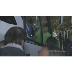 21.06 - @neymarjr desce do ônibus e doa seu uniforme para pequenos fãs chilenos