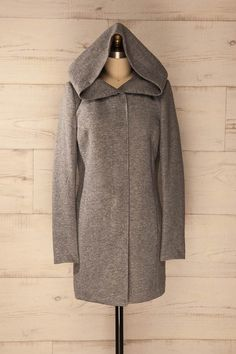 Malgré le froid hivernal, elle souriait, protégée par son gros capuchon.  Despite the winter cold, she smiled, protected by her large hood. Light grey coat with a large hood https://1861.ca/products/lorino-grey