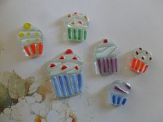 So easy why didn't I think of this? Cupcakes, fused glass tiles, handmade for mosaic, art glass, craft projects Fused Glass Jewelry, Fused Glass Art, Glass Pendants, Stained Glass, Glass Fusing Projects, Glazed Glass, Bee Creative, Glass Craft, Glass Tiles