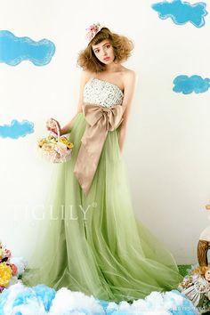 胸元の小花がとっても可憐♪グリーンのスカート×シャンパンのウエストリボンの少し大人めカラーが人気です。ひまわりのお花はオプション