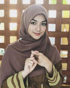 Pin Image by Hijabi Smile Stylish Hijab, Modest Fashion Hijab, Modern Hijab Fashion, Hijab Chic, Hijab Casual, Beautiful Hijab Girl, Beautiful Muslim Women, Beautiful Girl Indian, Beautiful Girl Image