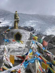 Tibet Stupas com bandeiras de oraçao @RaloTibetanRugs