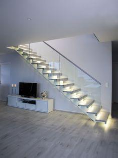 MELBY Vilje //  Rett trapp med åpne trinn. Sikringen er montert jevnt med forkant trinn, og under denne er det innfrest LEDlys på hvert trinn. Vangen er midtstilt og hvitmalt, trinnene er i eik helstav. Stairs, Windows, Doors, Traditional, Home Decor, Stairway, Decoration Home, Room Decor, Staircases