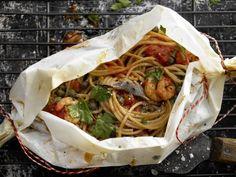 Spaghetti-Garnelen-Päckchen mit Tomatensauce: In dem Gericht stecken außer köstlichem Aroma vor allem viel Eiweiß, wenig Fett und Ballaststoffe.