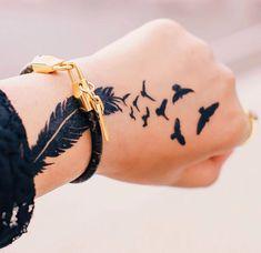 Tatouage plume oiseaux main femme