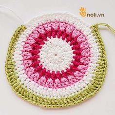 Chart móc túi dâu tây ngọt ngào đốn tim chị em chúng mình Crochet Handbags, Charts, Crochet Earrings, Projects To Try, Crochet Hats, Blanket, Elsa, Kids, Christmas Tree