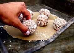 Bästa receptet på havrebollar! Grandma Cookies, Cookie Box, Cookie Desserts, Baked Goods, Sweet Recipes, Healthy Snacks, Bakery, Sweet Treats, Deserts