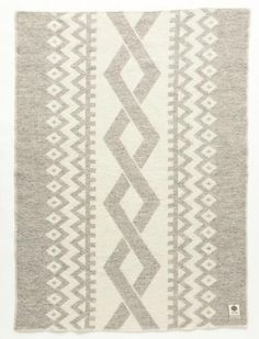 Made from 100% Icelandic wool.  Size: 130x180 cm (51x71 inches)