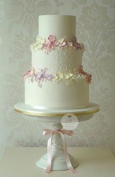 This is a cake I would love to have in my wedding someday because I would like soft colors in my wedding, and this cake has soft colors! It's just perfect! Not to mention it's a simple cake too!