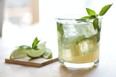 Summer cocktails should be delicious and refreshing, light, and super easy to make. From the margarita to the mojito, this list includes 25 classic thirst-quenching drink recipes. Rosemary Simple Syrup, Mint Simple Syrup, Energy Drinks, Hugo Cocktail, Low Calorie Alcohol, Guacamole, Vodka Cranberry Cocktail, Rum, Sweet Tea Vodka