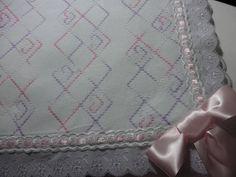 Manta bordada em vagonite, forrada em percal, e acabamento em bordado ingl�s e passafitas