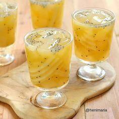 Hmmm segernya abis tarawih ngemil Es Nutrisari puding kelapa Made by: @henimaria . . Bahan: 1bks puding kelapa (beli jadi kalo mau bikin pake resep kelapa muda kw) 1bks selasih 1bks nata de coco 2sachet nutrisari rasa mangga Air . . Cara: Bikin nutrisari sesuai petunjuk kemasan beri nata de coco beserta airnya selasih puding kelapa aduk rata masukkan ke kulkas sajikan dingin. Lebih mantap pake es batu. Bisa ditambah sprite biar makin segeeer... Indonesian Desserts, Indonesian Food, Thai Recipes, Healthy Recipes, Cooking Time, Cooking Recipes, Poker Online, Dessert Drinks, Cocktail Drinks