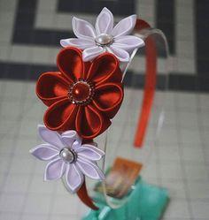 Pedidos listos. #Kanzashi #HeadBands #RojoyBlanco #Creando By AngelArt Pty Kanzashi Flowers, Head Bands, Ribbon Hair, Girl Hair Bows, Ribbon Crafts, Baby Bows, Fabric Flowers, Girl Hairstyles, Brooches