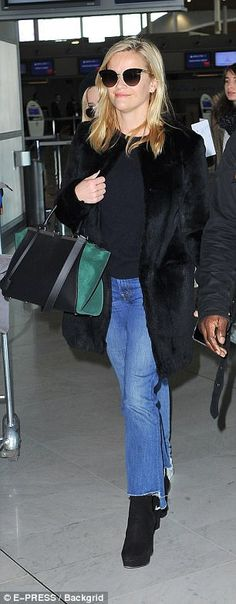 Reese Witherspoon, and her lookalike daughter Ava Phillippe, were seen touching down at Charles De Gaulle airport in the capital on Wednesday morning. Black Coat Outfit, Ava Phillippe, Reese Witherspoon, Look Alike, Mini Me, Business Women, Casual Chic, Different Styles, Mom Jeans