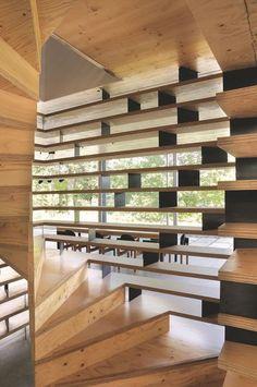 Un escalier contemporain en bois et métal. Plus de photos sur Côté Maison…