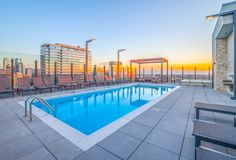 Create a splash… Residents have the luxury to enjoy the Chicago weather while cooling off in our panoramic rooftop pool. Rather than heading to the beach, why not refresh in the comfort of your own home? Whether you enjoy sipping drinks on the roof, or dipping your feet in the pool, Niche 905 is ready for you. #MyChicagoNiche